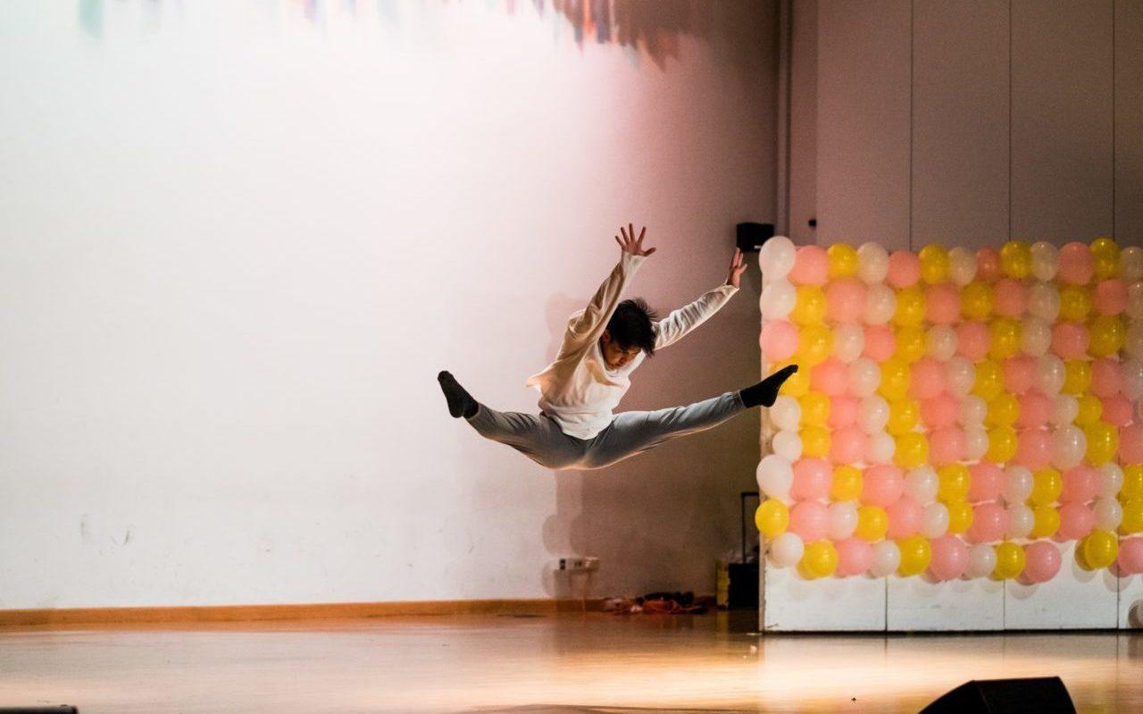 woman splitting legs on stage